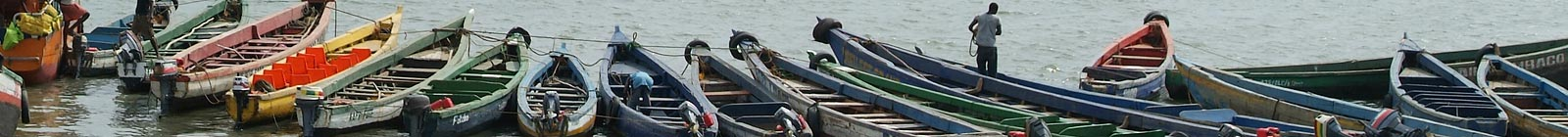 Conakry, small boats, pi rogues, in little harbour, for departure to the islands of Kassa Guinea, Guinee.