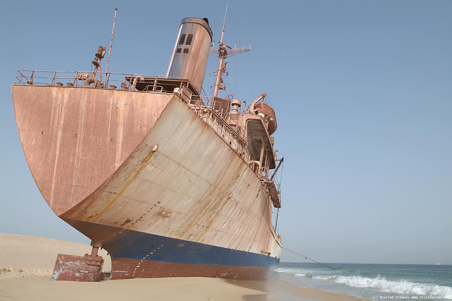 http://www.thisfabtrek.com/journey/africa/mauritania/20050912-nouadhibou/nouadhibou-cap-blanche-stranded-ship-08-4.jpg