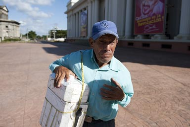 Sells agua/cold water, Managua old man.